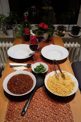 Nudeln aus dem italienischen Supermarkt mit Hackfleischsoße, frischer Petersilie und Parmesan