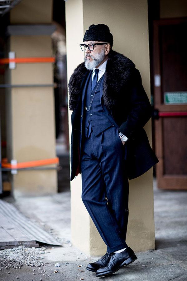 黒ファー襟コート×ネイビー3ピーススーツ×白シャツ×ネイビーソリッドタイ×黒オックスフォードシューズ