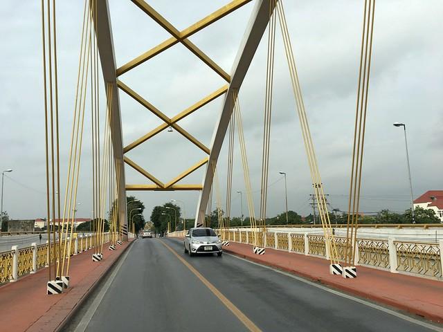 橋を渡ってアユタヤ遺跡エリアへ