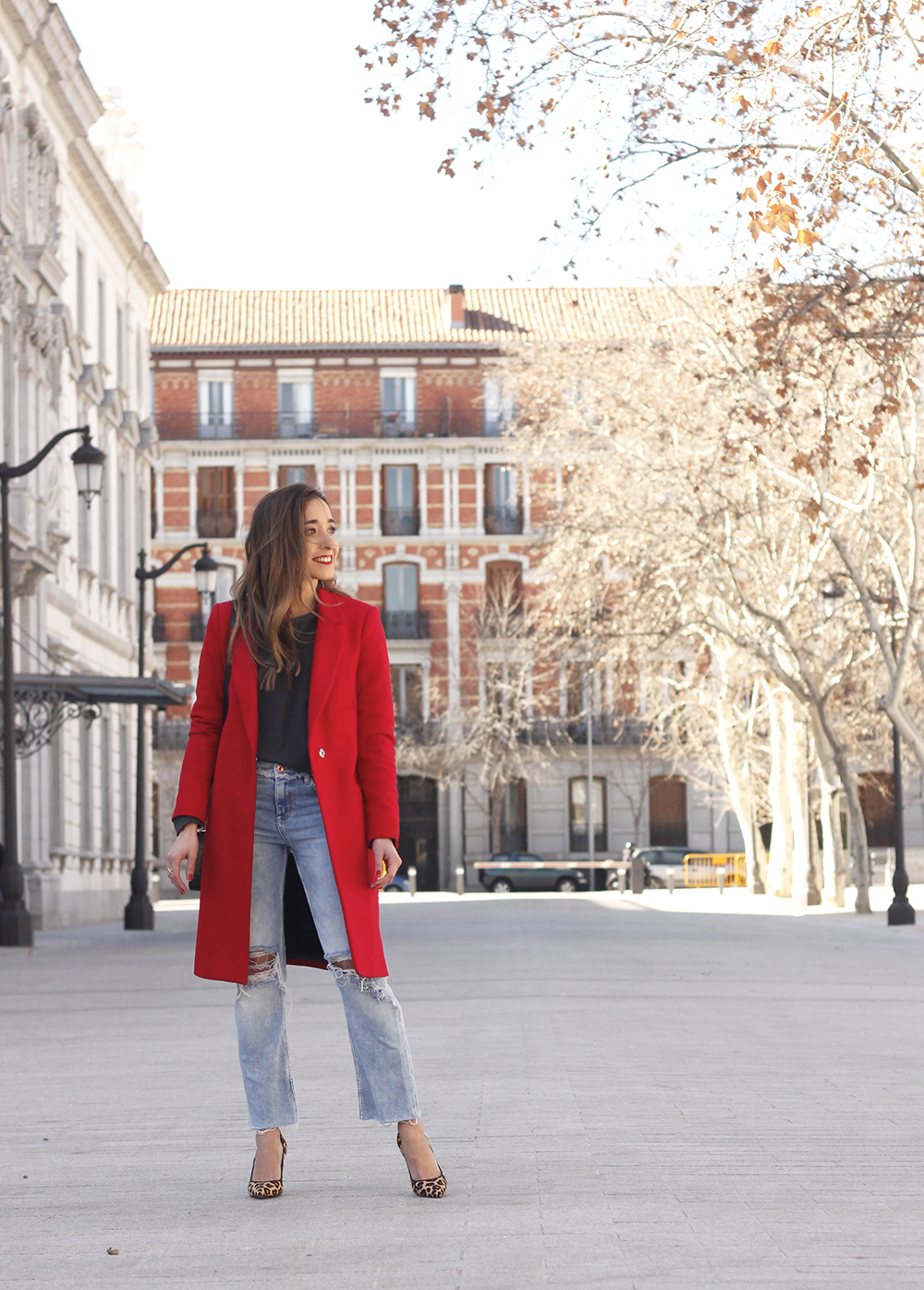 red coat givenchy bag ripped jeans leopard heels winter outfit look de invierno02
