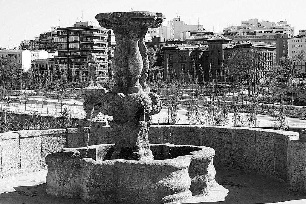 una fuente sobre el Puente de Toledo de Madrid