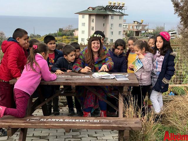 Nilbanu Engindeniz ve Kerem Eser, köy okullarındaki öğrencilerle birlikte hatıra fotoğrafı çektirdi.-2