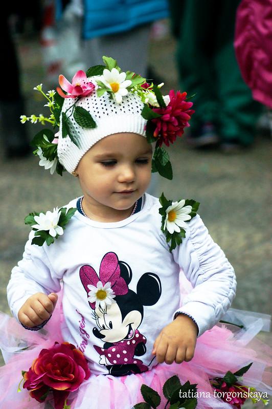Девочка в цветочном костюме