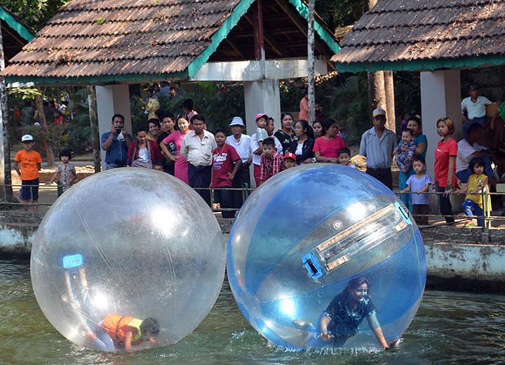 Warga Yangon menikmati permainan di Kebun Bintang Yangon.