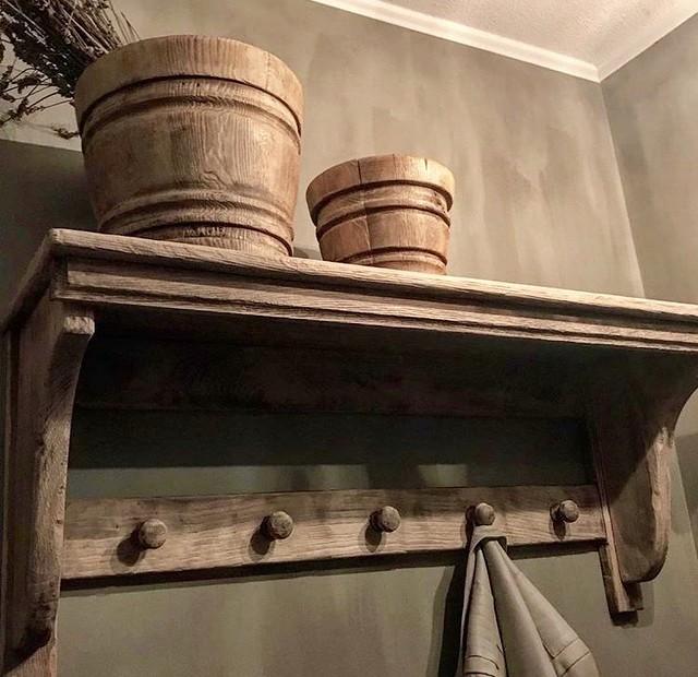 Houten potten kapstok kalkverf muur