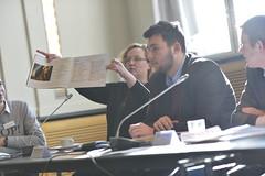 Alexandra Kretzschmar und Erik-Holm Langhof stellen eine der Gewinnerzeitungen der Kategorie Berufliche Schulen vor.