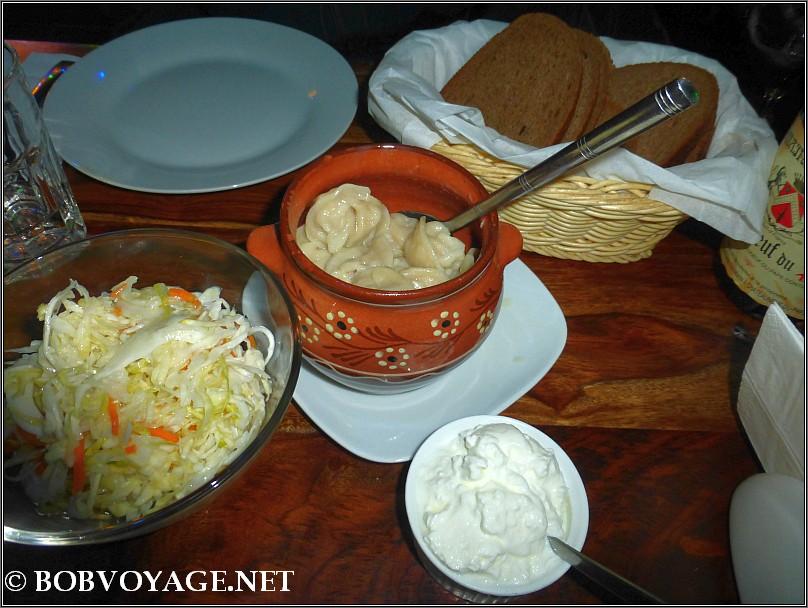 פלמיני, שמנת חמוצה, סלט כרוב, לחם שיפון רוסי ב-  יורש - ersh