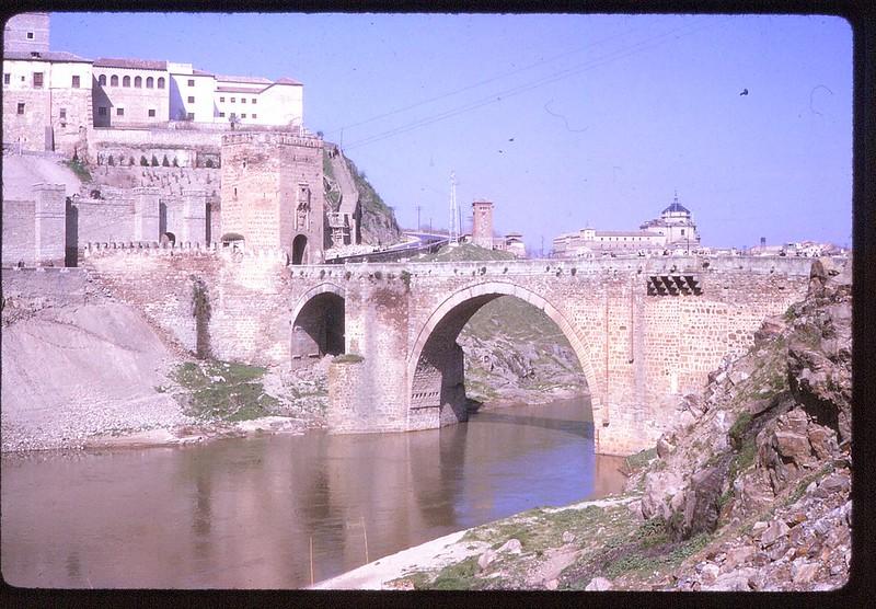 Puente de Alcántara en Toledo en abril de 1963. Película Kodachrome. Donación de la familia Burgos.