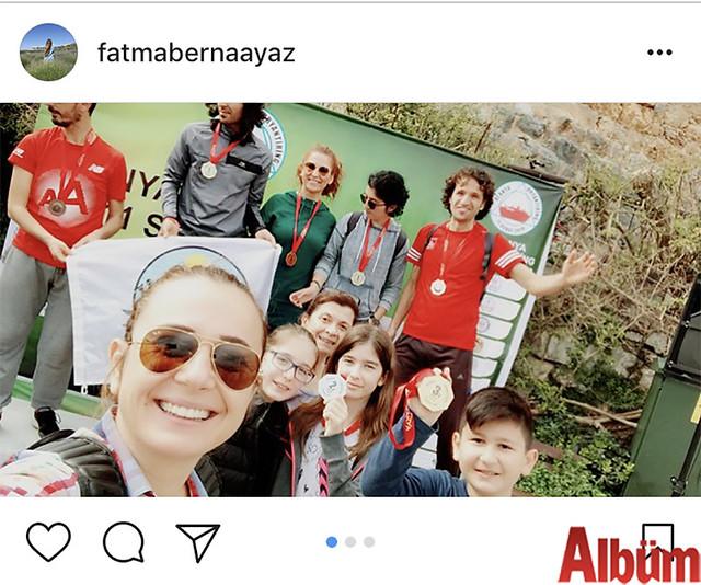 Alanya Belediyesi Tanıtım Birimi Sorumlusu Berna Ayaz, Oryantiring yarışı sonrası ödül kürsüsünde oğluna eşlik etti.