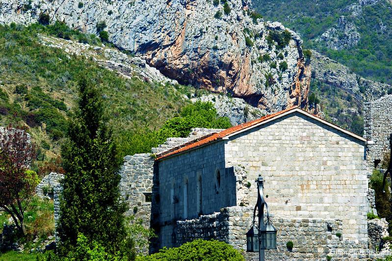 Церковь Св. Венерады на фоне гор