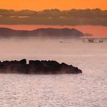 2. Detsember 2017 - 6:46 - 寒い冬の朝、日の出少し前から気嵐が立ち始めました。漁船登場です。この霧を海の上から見てみたいです。でも寒いでしょうね。この島はここから50Kmほど離れた所に浮かんでいる祝島です。
