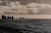 Männer die auf Wellen starren
