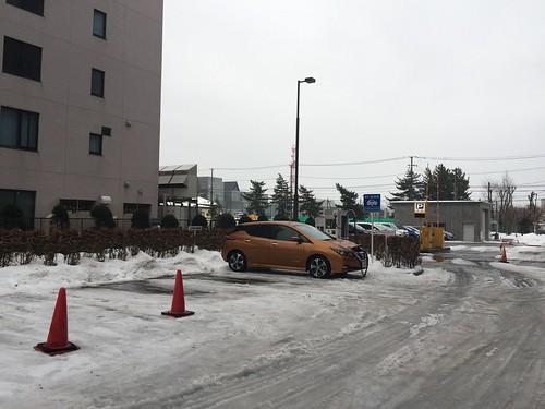 秋田県庁第二庁舎で充電中の日産リーフ(40kWh)
