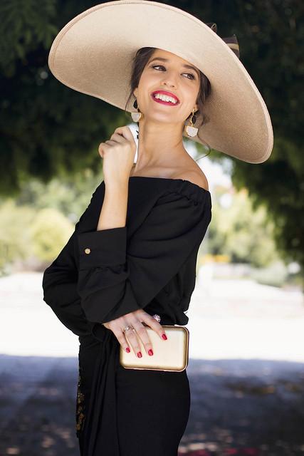 Look invitada negro con blusa de Bianca Neri 25