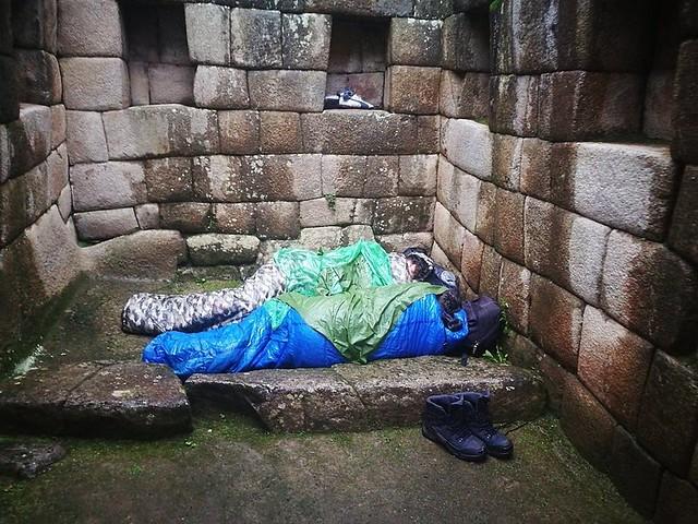 Turistas argentinos son descubiertos durmiendo en pleno Machu Picchu