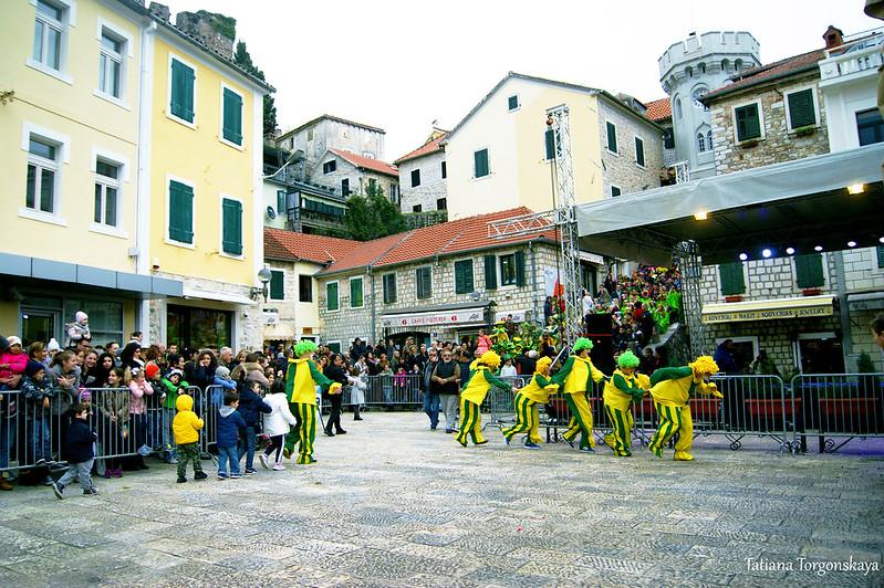 Танец клоунов на площади Джурковича