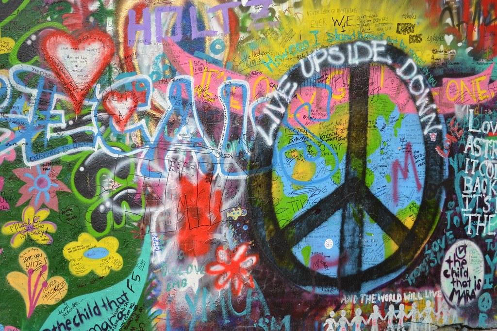 Venir à Prague en bus puis aller au mur de Lennon dans le quartier de Mala Strana.