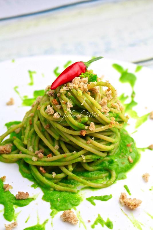 Spaghetti integrali con cime di rapa e crumble di acciughe del Cantabrico