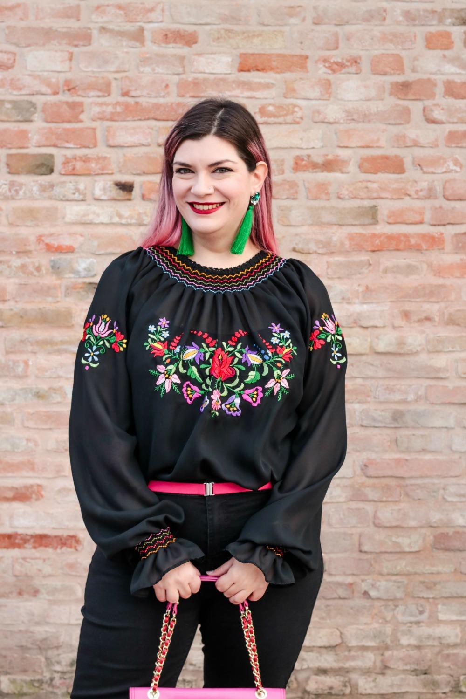 Outfit plus seize curvy con blusa ricamata, jeans neri e cappotto handmade (3)
