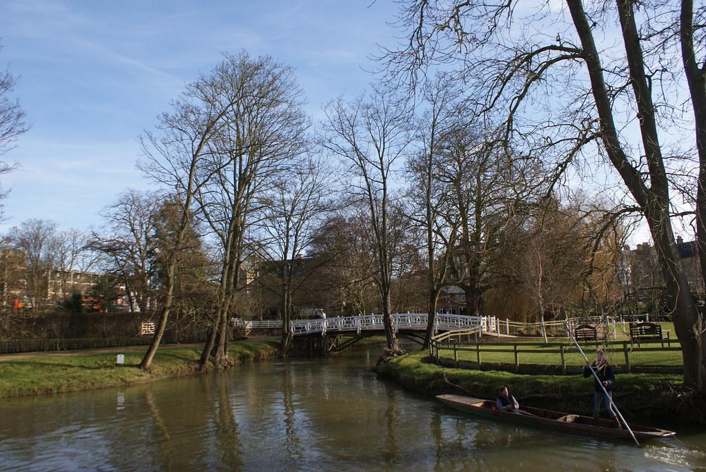 Balade en bateau sur la rivière Cherwell à Oxford en face du jardin botanique.