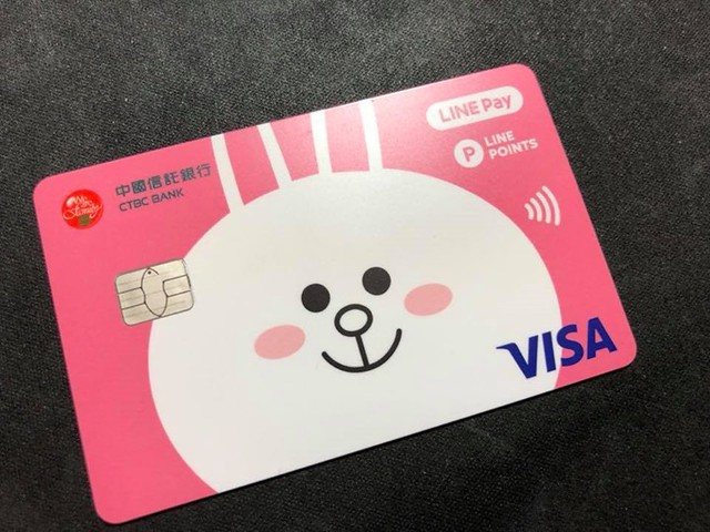 【手帖365】line pay卡 一開始,我對這卡片也沒興趣。金融信用卡就是直接扣款,帳戶餘額足夠才能夠刷卡,感覺沒有特別好用之處,一直到知道它刷卡會直接回饋3%(今年好像降為2%)的line 點數,刷1000元就會有30個line point,也就是說可以直接拿來買line貼圖,當然還可以拿來做為line pay付款時抵扣的金額,這樣,算算倒是真的很划算。 去年是3%回饋,即便今年降為2%我覺得還是很不賴。 #生活手帖365 #我不是銀行業務我沒業績 #我的貼圖真的是這樣來的 →看其他生活手帖365:h