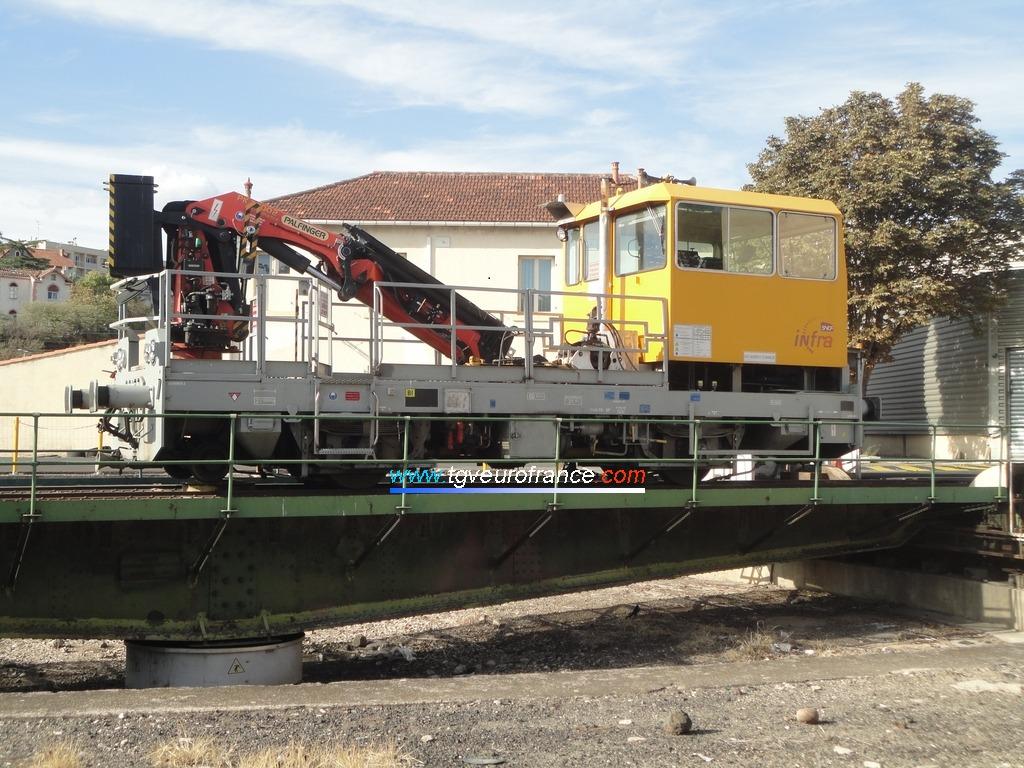 La draisine MR 7-178 (série DU 84P) de SNCF Réseau sur le pont tournant du C2MI d'Aubagne-en-Provence
