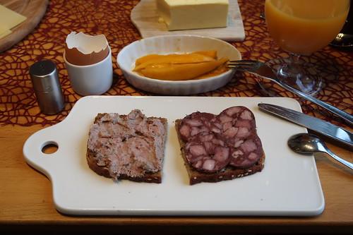 Leberwurst und Blutwurst (vom Bentheimer Landschwein) auf Saatenbrot - außerdem frische Mango