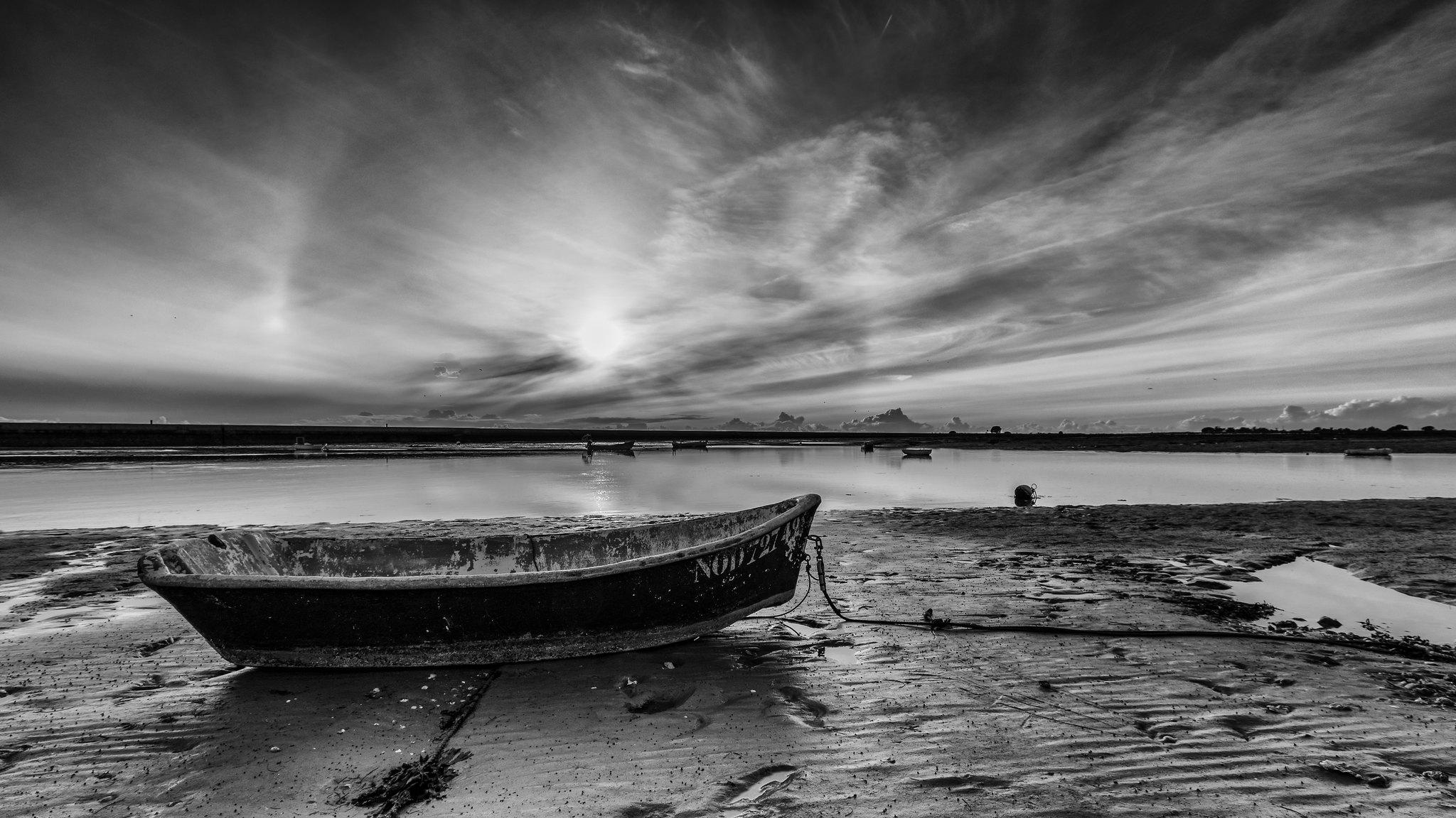Barque abandonnée.  39847714742_b645a1577b_k
