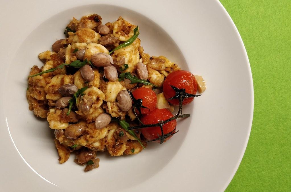 Orecchiette mit Wachtelbohnen und Tomaten-Mandel-Pesto