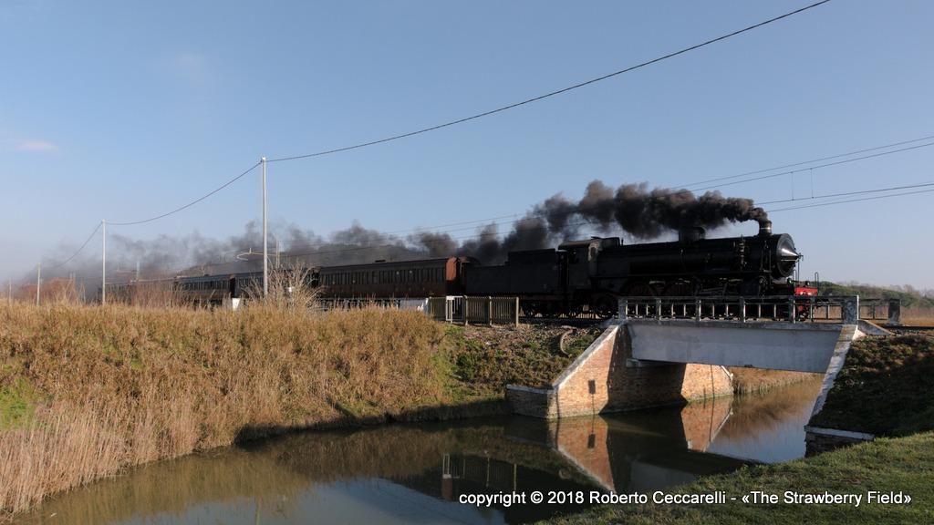Treno a vapore in transito sul ponte sul fiume Bevano
