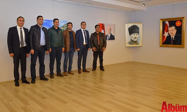 Sergi sonunda Başsavcı Yasin Emre, Asayiş Büro Amiri İsa Arı, Ressam Eldar Zeynalov ve katılımcılar hep birlikte Albüm için poz verdi.