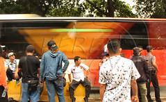 Busway melintas meski ramai demonstran