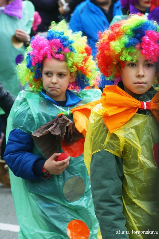 Дети в костюмах клоунов