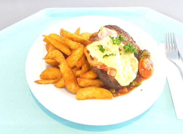 Salisbury steak with vegetable salsa & potato wedges / Rinderhacksteak mit Gemüsesalsa & Country Potatos