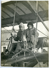 L'Aviadora Hélène Dutrieu i la Passatgera V. S. Maud en el Primer Vol de Dues Dones