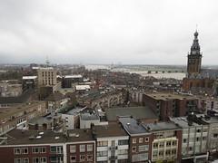 Nijmegen centrum gezien vanaf het dak van blok A met rechts de Hessenberg en links natuurlijk de St. Stevenskerk. In de verte nog de Oversteek, de nog in aanbouw zijnde tweede Waalbrug.