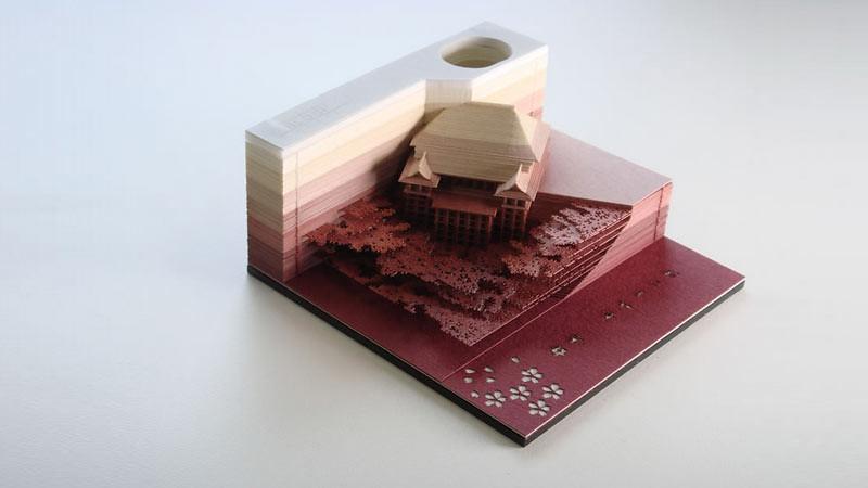 Model Vihara Kiyomizu (Kiyomizu-dera) dari kertas muncul setelah kertas memo dicopot satu persatu untuk digunakan.