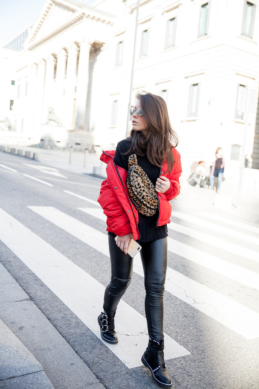 laura santolaria theguestgirl influencer madrid red coat Supreme bag tendencia riñonera de Superme NY