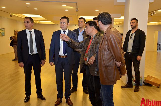 Alanya Cumhuriyet Başsavcısı Yasin Emre, Alanya İlçe Emniyet Müdürlüğü Asayiş Büro Amiri İsa Arı ve Azerbaycanlı Ressam Eldar Zeynalov sergi