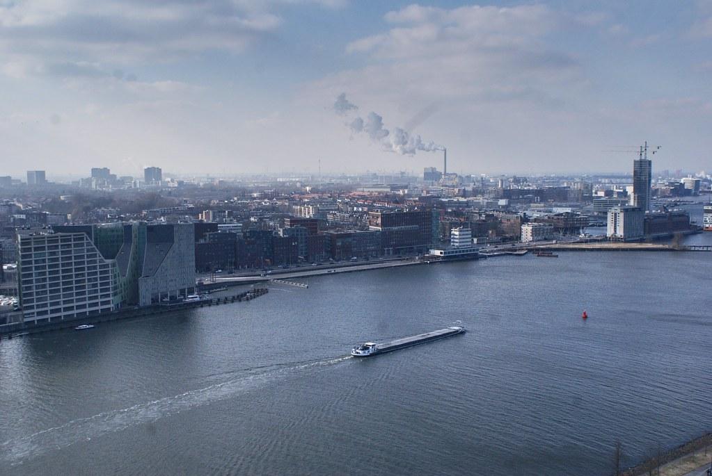 > Vue sur l'ouest d'Amsterdam depuis la tour A'dam dans le nord de la capitale néerlandaise.