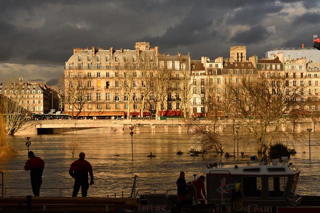 Paris /  Flood of the Seine / Firemen  -3-