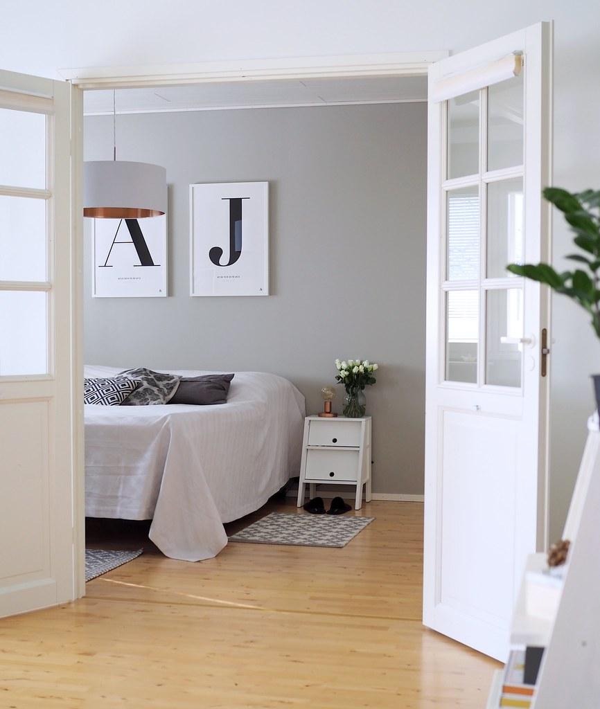 makuuhuone-harmaa-seinä