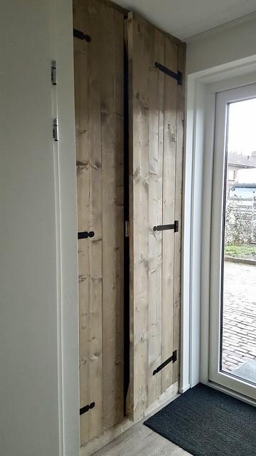 Kastdeuren stijgerhout in de hal