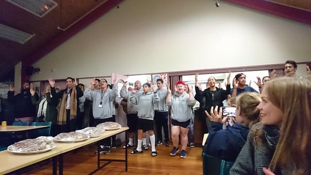 為歡送國際學生,毛利家族齊聲唱跳表演。
