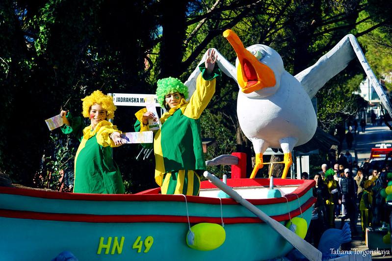 Клоуны на карнавальной повозке