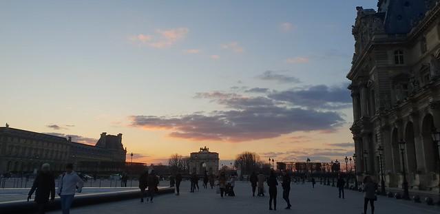 Alun-alun di depan Musee de Louvre dijepret dengan Galaxy S9 Plus (Liputan6.com/ Agustin Setyo W)