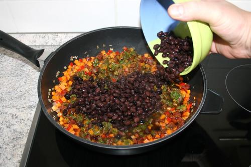 47 - Schwarze Bohnen in Pfanne geben / Put black beans in pan