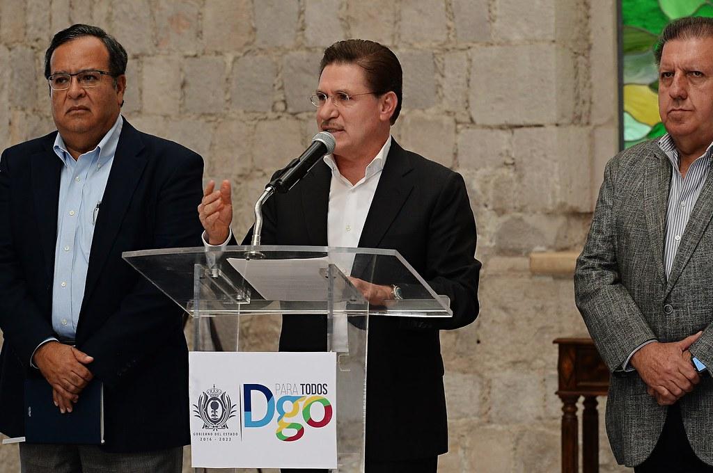 PÁG. 5 (1). El gobernador de Durango, José Aispuro Torres, flanqueado por los ex ejecutivos de la minera canadiense e integrantes de su gabinete. La inmoralidad y corrupción del m