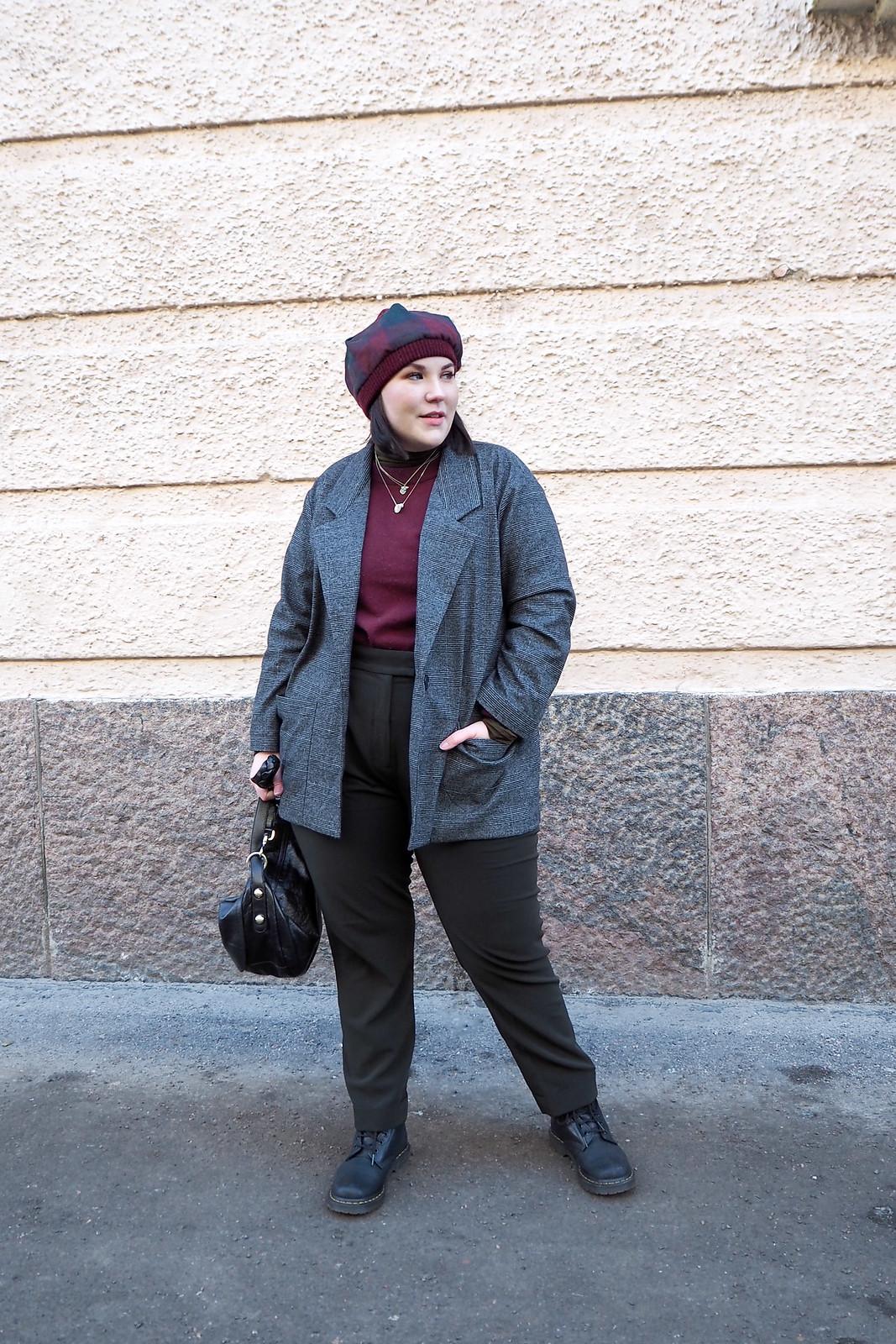 Ruutujakku, viininpunainen villapaita, vihreät housut-7