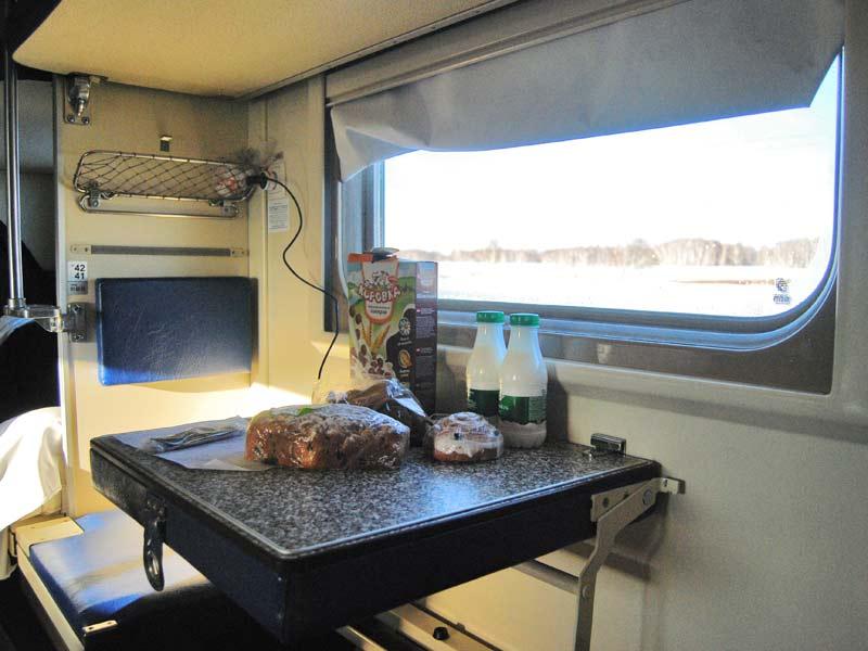 Comer dentro del vagón Transiberiano